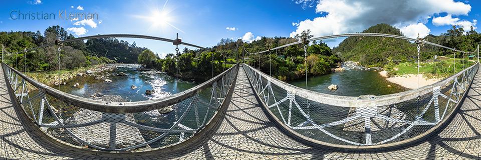 Foto 360 VR. Puente Histórico sobre el Río Ohinemuri - The Crown Mines - Karangahake Gorge. Coromandel. Waikato, Nueva Zelanda